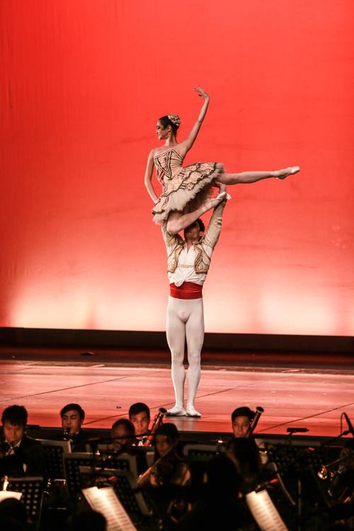 nhac-si-anh-quan-dua-3-con-di-xem-ballet-7
