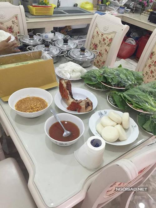 Gia đình Kỳ Hân chuẩn bị cơm trưa chu đáo cho bạn bè và họ hàng đến giúp đỡ việc chuẩn bị cho đám hỏi.