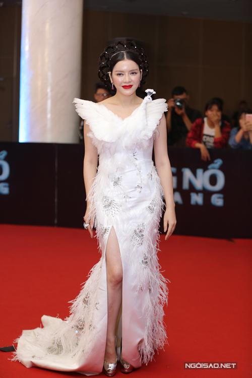 Lý Nhã Kỳ chọn váy đính lông vũ và trang điểm, là tóc công phu.