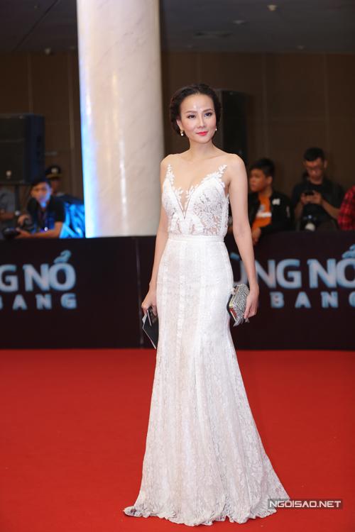 Dương Yến Ngọc thướt tha cùng váy ren trắng.