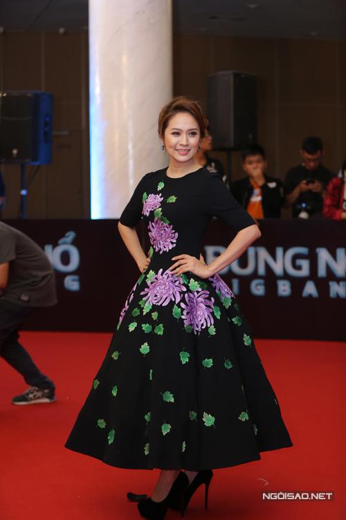 Thanh Thuý sang trọng cùng váy xoè thêu hoa cúc tím.
