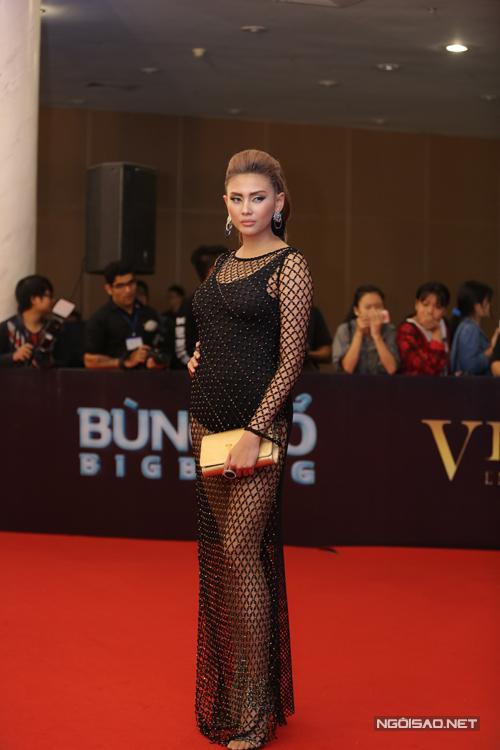 Võ Hoàng Yến chọn váy lưới ánh kim để sử dụng trên thảm đỏ.