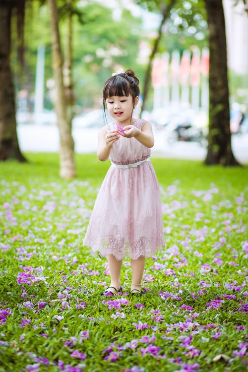 [Caption]Chất liệu voan nhẹ nhàng không tạo cảm giác nặng nề khi mặc, và các bé có thể thoải mái, tự do khi hoạt động.