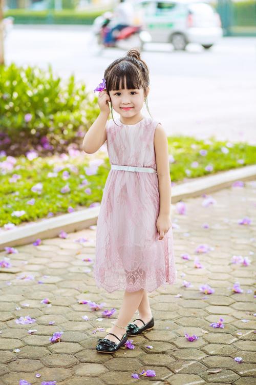 [Caption]Cô phù dâu nhí sành điệu với lớp vải sequin lấp lánh. Nhà thiết kế đã sử dụng lớp voan cùng tông màu phủ bên ngoài để tổng thể chiếc váy trở nên nhẹ nhàng và phù hợp với lứa tuổi các bé.