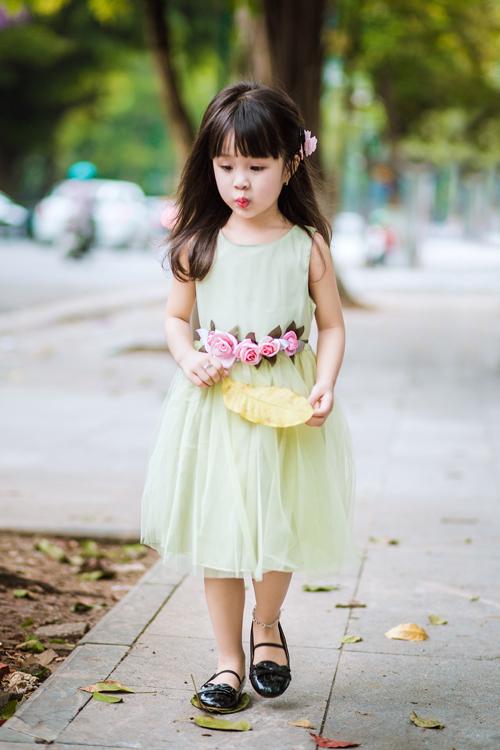 [Caption]Váy thường được đính thêm phụ kiện hoa lụa, cườm, ren để tạo điểm nhấn. Màu sắc được chọn cho phù dâu nhí tươi sáng như trắng, kem, hồng, vàng...