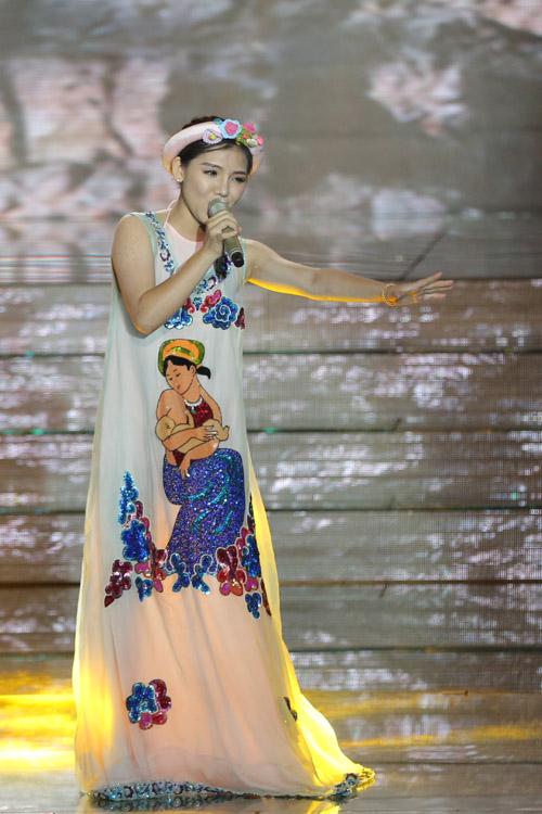 Minh Như, cô gái 17 tuổi, thể hiện ca khúc 'Đá trông chồng' mang hơi thở dân gian đương đại. Cô hát đầy nội lực.