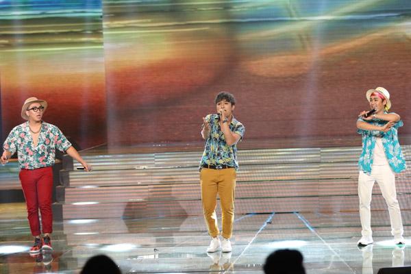 Nhóm F.O.E trình diễn mashup 'Coco Jamboo - Lady night' sôi động, mới mẻ.