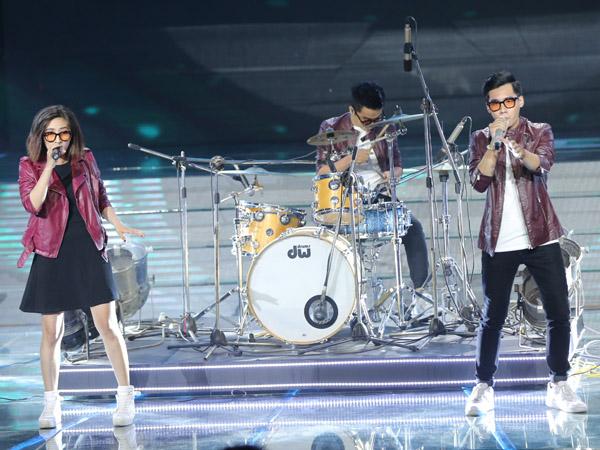 Nhóm Dophins trình bày ca khúc 'Chiều nâu' do trưởng nhóm của Phi Vũ sáng tác, mang phong cách funky.
