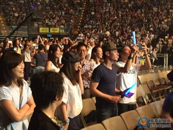 Lâm Tâm Như ăn mặc giản dị, cô vui cười suốt thời gian xem show.