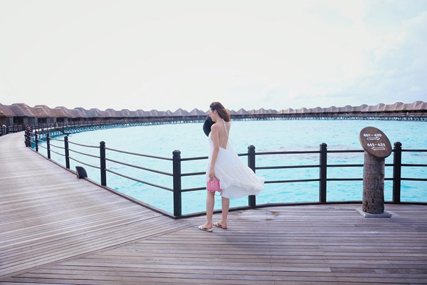 a-hau-tu-anh-di-maldives-nghi-duong-voi-ban-trai-tin-don