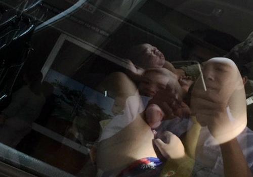 Hình ảnh cháu bé chào đời ngay trên taxi.