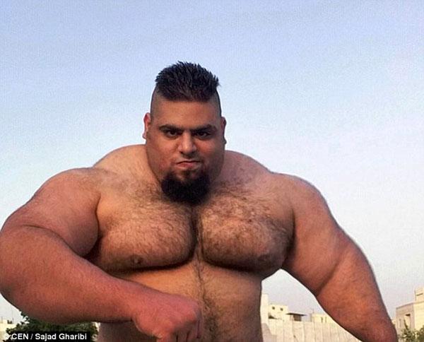 Sajad Gharibi, 24 tuổi, người Iran, sở hữu thân hình vạm vỡ cơ bắp đáng ngưỡng mộ. Chàng trai trẻ, nặng gần 160 kg và có thể nâng tạ nặng hơn 175 kg. Hiện tài khoản Instagram của anh có gần 60.000 người theo dõi.