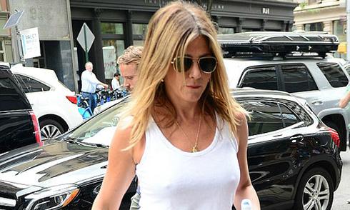Jennifer Aniston 'thả rông' ngực trên đường phố