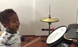 Bé trai một tuổi chơi trống cừ khôi