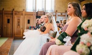 Cô dâu cho con bú giữa lễ cưới khi chuẩn bị nói 'em đồng ý'