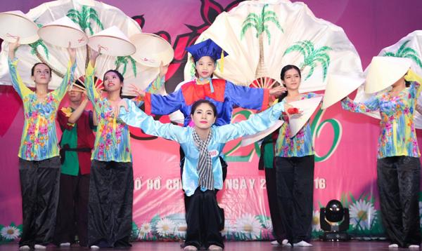 con-trai-diem-huong-ngo-nghinh-di-su-kien-cung-me-8