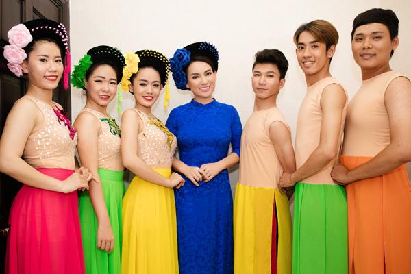 phi-nhung-tinh-cam-di-su-kien-cung-3-con-nuoi-7