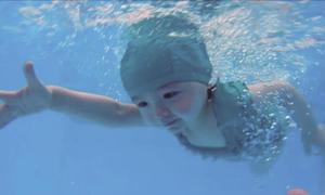 Con gái 2 tuổi của Elly Trần bơi lội như nàng tiên cá