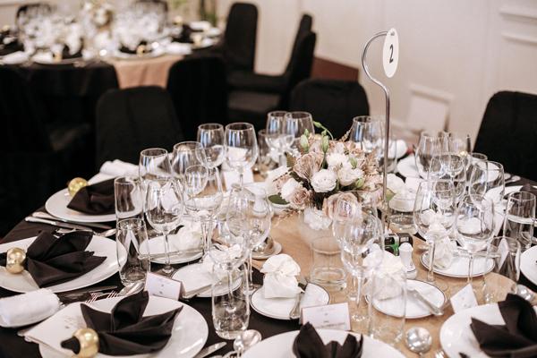 [Caption]Từng chi tiết trên bàn tiệc như khăn trải bàn, cách gập khăn ăn, vòng lồng khăn, thực đơn, số bàn, quà cho khách đều được thiết kế riêng cho đám cưới theo đúng phong cách đã định.