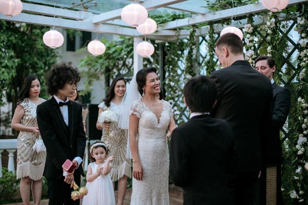 [Caption]Những chiếc đèn lồng đỏ tại khu vực khách ngồi dự lễ thực sự là điểm nhấn tuyệt vời mang hơi thở Á Đông và rất thu hút sự chú ý của các khách mời nước ngoài.
