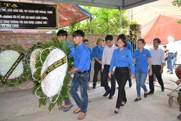 Đại diện lãnh đạo Bộ Giáo dục & Đào tạo, Trung ương đoàn, UBND tỉnh Quảng Ninh, huyện Bình Liêu, Thành đoàn Hà Nội, Tỉnh đoàn Hải Dương và họ tộc và làm lễ viếng.