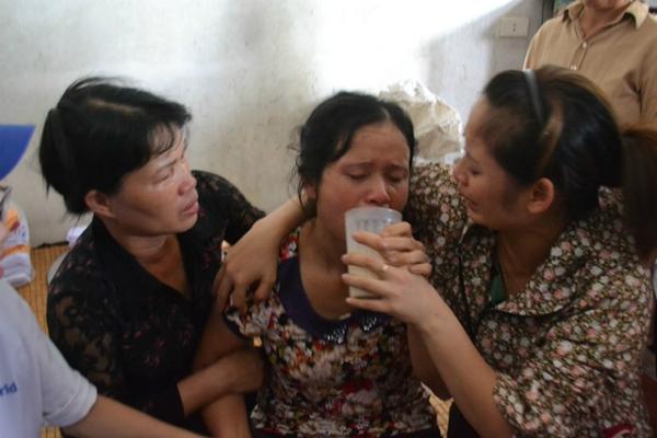 Bà Nguyễn Thị Song được người thân chăm sóc khi biết tin con tử vong. Ảnh: Đ. Tuỳ