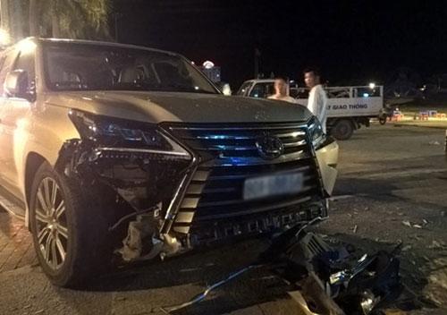 Chiếc xe sang bị hư hỏng phần đầu.