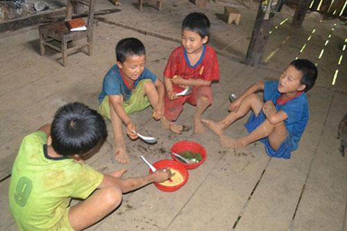 Bữa cơm giản đơn của gia đình Ve.