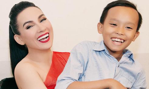 Bé Hồ Văn Cường hạnh phúc bên mẹ nuôi Phi Nhung