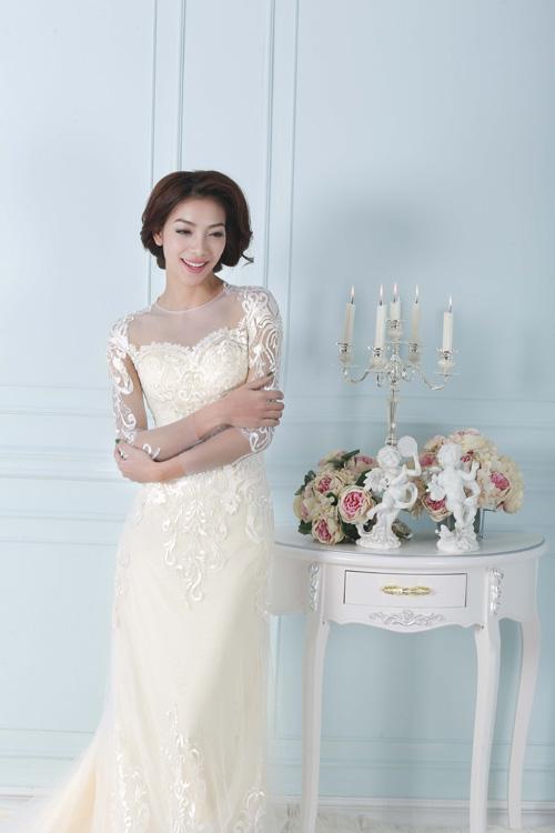 [Caption]Sự kết hợp của hai chất liệu hoa ren, vải trong suốt cùng đường cắt may tinh tế đã mang đến thiết kế váy cưới vô cùng sexy.