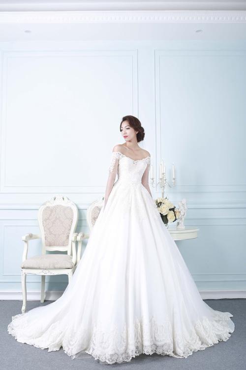 [Caption]Dáng bồng của váy giúp tôn lên vẻ đẹp nhẹ nhàng, nữ tính của cô dâu phương Đông, nhưng vẫn thể hiện được sự gợi cảm qua đường cắt nửa kín nửa hở ở ngực