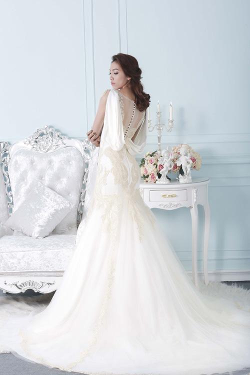 [Caption]Những họa tiết thêu ren tỉ mỉ tạo thành hình trái tim ở lưng váy giúp cô dâu càng trở nên thu hút khi nhìn từ phía sau.