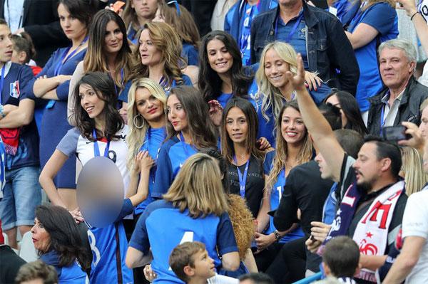 Với lợi thế sân nhà, các tuyển thủ Pháp không chỉ nhận được sự ủng hộ của lượng lớn các fan mà còn được