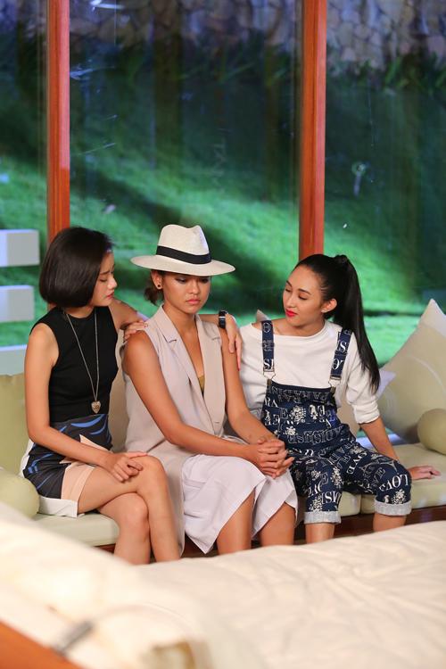 [Caption]Kim Chi và Thu Hiền cảm thấy khó chịu và không vui vẻ gì mấy vì cho rằng Lan Khuê thiếu công bằng, và việc loại Mai Ngô là một quyết định sai lầm bởi với năng lực của Mai Ngô, thì cô nàng xứng đáng được đi tiếp.
