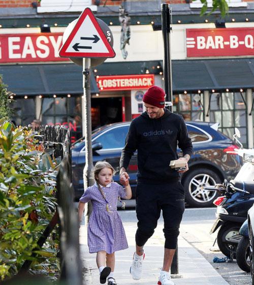 Harper với hai bím tóc lí lắc, mặc đồng phục xinh xắn trong một lần được bố đón từ nhà trẻ về.