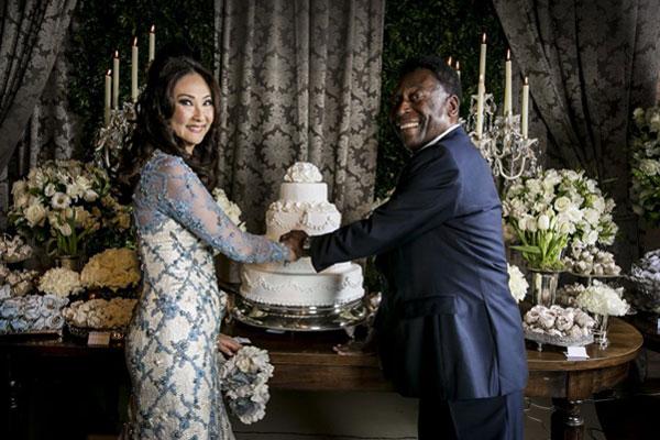 Cô dâu chú rể cùng nhau cắt bánh cưới.