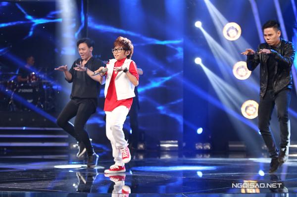 Thiên Tùng là thí sinh mở màn cho đêm thi với chủ đê Bứt pho. Cậu bé chọn ca khúc rock Đám cưới chuột soi động. Không chỉ tiến bộ hơn về khả năng xử lý ca khúc, Thiên Tùng còn tự tin khoe vũ đạo.
