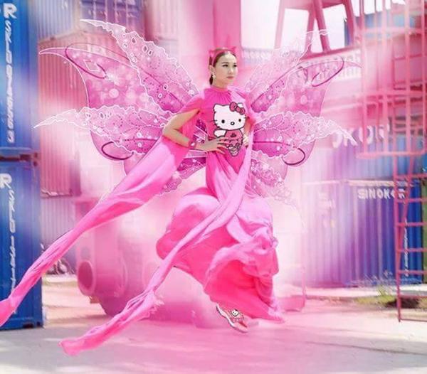 Hình ảnh nữ tính của Thanh Hằng với váy hồng được khá nhiều khán giả hâm mộ yêu thích và họ thỏa sức chế ảnh thần tượng của mình.