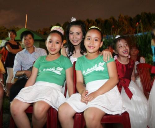Các cặp song sinh, sinh ba, sinh tư&sẽ được miễn phí vé vào cổng nhân ngày Hội Song Sinh (17/7) tại Đầm Sen.