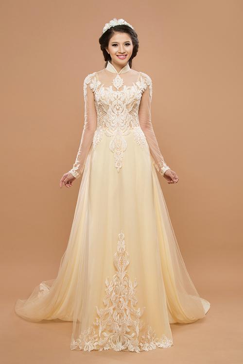 [Caption]Với mẫu thiết kế tông màu nude nhẹ nhàng, cô dâu đẹp sang trọng mà khoe được vóc dáng eo thon.