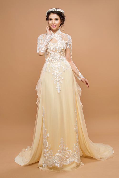 [Caption]Cũng mang tông màu nude, nhưng mẫu áo dài cưới cầu kỳ với họa tiết ren đối xứng và sắc vàng ánh kim của hoàng gia trang trí khắp thân và tà áo.