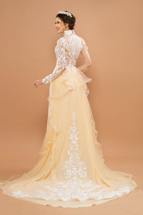 Không chỉ chú trọng thân trước, nhà thiết kế cũng tập trung trang trí phía sau lưng để hoàn thiện nét đẹp hoàn hảo cho cô dâu trong ngày cưới trọng đại.Tà sau của áo cách điệu với chi tiết bèo nhúm, mang lại sự nữ tính và thướt tha.
