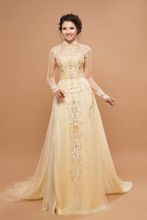 [Caption]Những chiếc áo được đính ren ánh kim lấp lánh, lấy cảm hứng từ trang phục của hoàng tộc xưa.