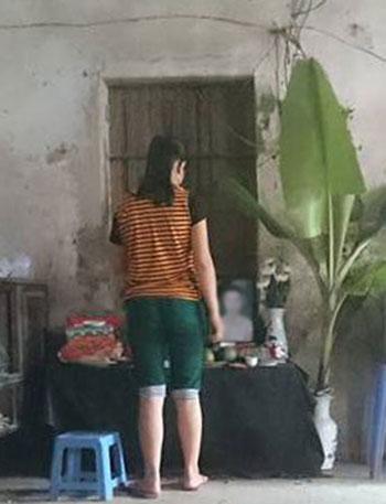 Cháu Chinh bần thần bên ban thờ của người em sinh đôi.