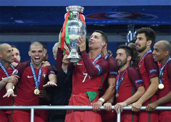 C. Ronaldo và các đồng đội nâng cao Cup vô địch sau trận đấu đáng nhớ.
