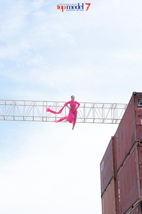 Thanh Hằng không ngại mạo hiểm để mang đến phần xuất hiện vô cùng ấn tượng trong tập đầu tiên của Next Top Model 2016.