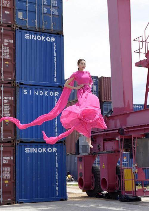 Ở phần giới thiệu thử thách catwalk trên không, Thanh Hằng lại chọn mẫu váy hồng thướt tha của nhà thiết kế