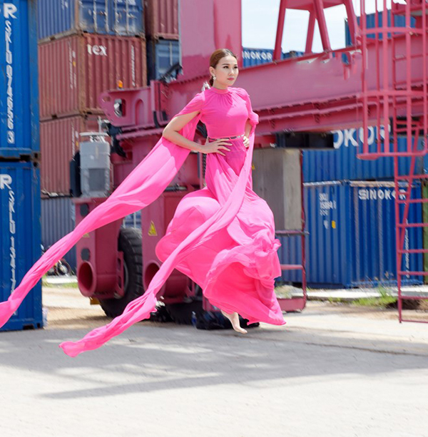 Chất liệu lụa mềm bay bổng, gam hồng ngọt ngào nữ tính giúp siêu mẫu có được hình ảnh dịu dàng như tiến giáng trần.