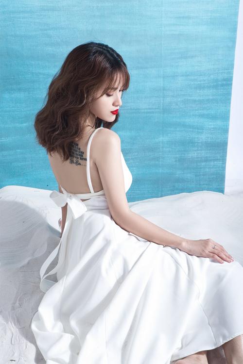 Chất liệu mềm mại cùng với đường cắt may tinh tế góp phần khiến người mặc trở nên sexy và gợi cảm hơn.