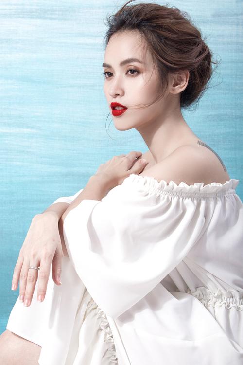 Các mẫu váy trễ vai hợp mốt tôn thêm vẻ mảnh mai và gợi cảm cho nữ diễn viên.